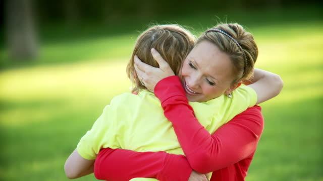 vídeos de stock, filmes e b-roll de filho de mãe abraços - agradecimento
