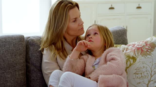 mor som interagerar med sin dotter i vardagsrummet 4k - cosy pillows mother child bildbanksvideor och videomaterial från bakom kulisserna