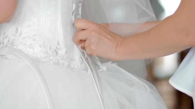 madre con l'abito da sposa per la sposa - nastro per capelli video stock e b–roll