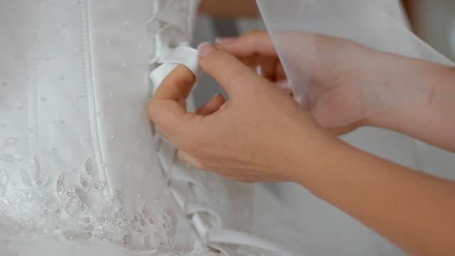 madre con l'abito da sposa per la sposa - mano donna dita unite video stock e b–roll