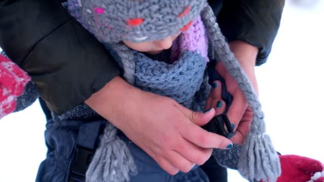 mother prepares daughter for snow - abiti pesanti video stock e b–roll
