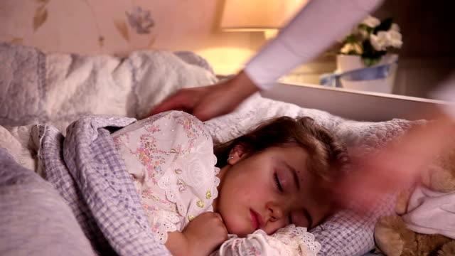 mamma sätter sin dotter till säng - cosy pillows mother child bildbanksvideor och videomaterial från bakom kulisserna