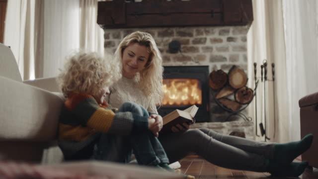 Mutter liest eine Geschichte zu Sohn – Video