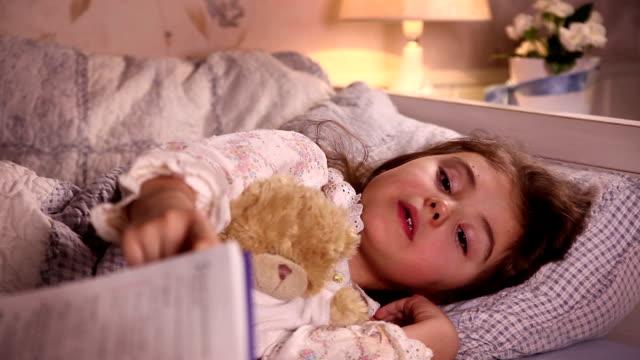 mamma läser sagor till hennes lilla dotter - cosy pillows mother child bildbanksvideor och videomaterial från bakom kulisserna
