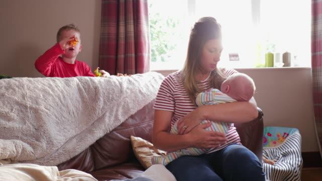Madre mecer a su bebé - vídeo