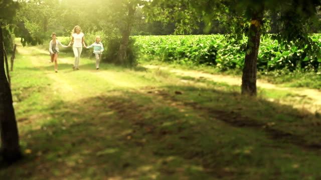 Mutter und Kinder Laufen in den park – Video