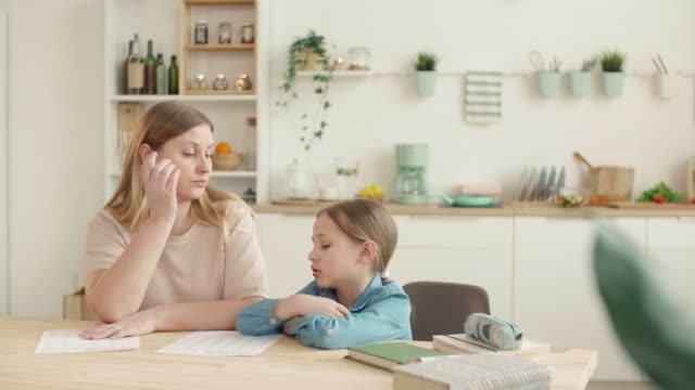 мать scolding дочь при проверке домашнее задание - covid testing стоковые видео и кадры b-roll