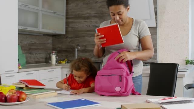 anne çocuk okula kapalı görmek - sırt çantası stok videoları ve detay görüntü çekimi