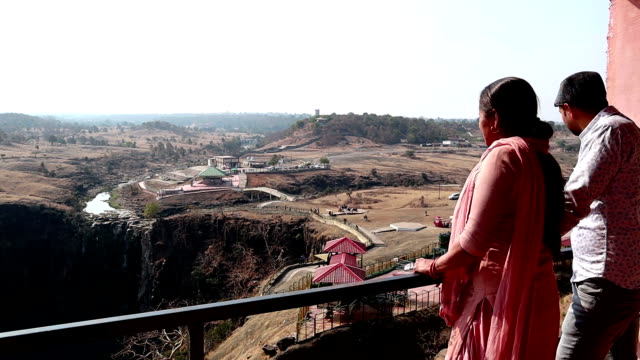 Mother & Son desfrutando de vista cênica da Cachoeira Patalpani em Indore, Índia - vídeo