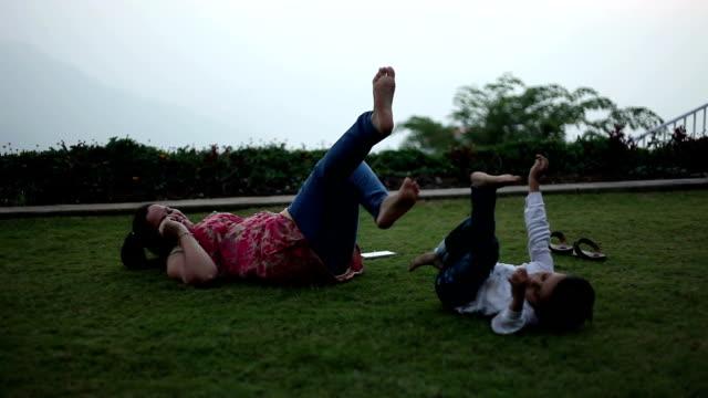 vidéos et rushes de mère & chanson jouant dans le parc - extérieurs d écoles