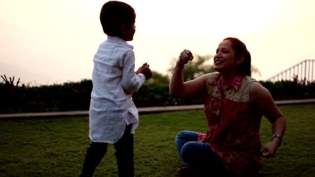 mutter & song spielen im park - himachal pradesh stock-videos und b-roll-filmmaterial