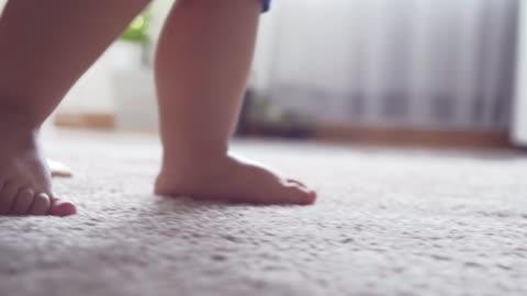 vidéos et rushes de la mère soutient le petit garçon marchant à la maison - exploration