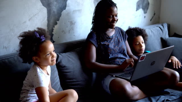 vídeos de stock e filmes b-roll de mother surfing the net with her daughters - concrete wall interior