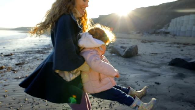 vídeos y material grabado en eventos de stock de ¡madre a hija que hace pivotar alrededor en la playa! - viaje a reino unido