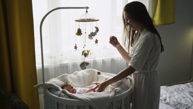 vídeos y material grabado en eventos de stock de madre tomando una foto de un bebé con un teléfono móvil - recuerdos