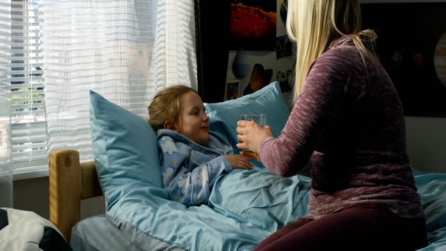 vidéos et rushes de mère prenant soin de fille malade - se reposer