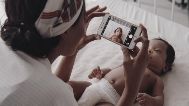 Mère prenant la photo du nouveau-né sur le bâti - Vidéo