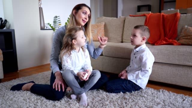mamma pratar med barn hemma - parent talking to child bildbanksvideor och videomaterial från bakom kulisserna