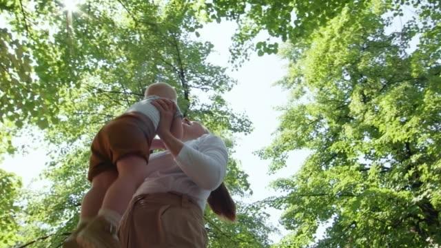 açık havada hava atma bebek çocuk anne - masumiyet stok videoları ve detay görüntü çekimi