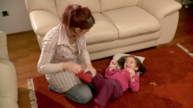 hd: madre figlia di solletico suo - fare il solletico video stock e b–roll