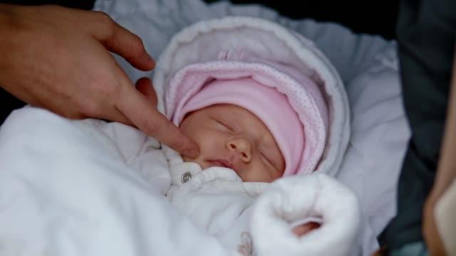 vídeos y material grabado en eventos de stock de tocar la cara de su hija recién nacida de la madre - recién nacido 0 1 mes