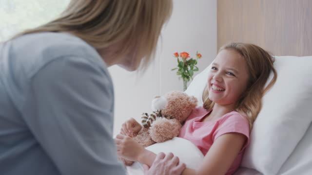 mor besöka dotter liggande i sängen i sjukhus församling - enbarnsfamilj bildbanksvideor och videomaterial från bakom kulisserna
