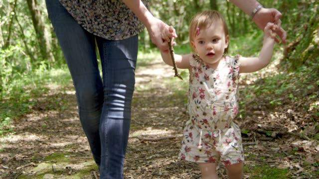 stockvideo's en b-roll-footage met moeder wandelen met peuter op wandelpad in het bos - minder dan 10 seconden