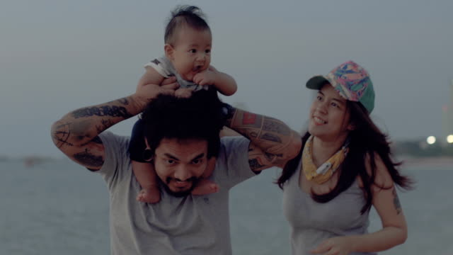 Hija de padre madre mirando llevar en hombros - vídeo