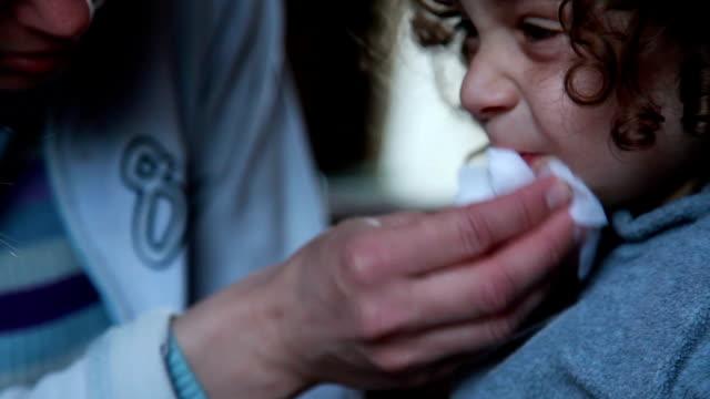 vídeos de stock e filmes b-roll de mother wiping the child face with napkin - boca suja