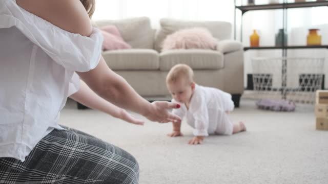 vidéos et rushes de mère avec la fille de chéri apprenant à ramper - ramper