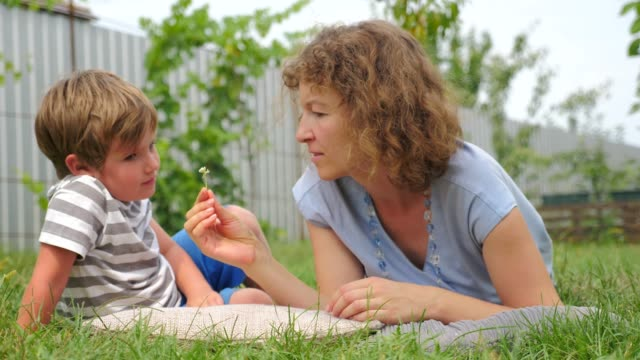 Madre con el niño. Alternaintive educación. Educación en el hogar. - vídeo