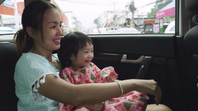 車の後ろに旅している子供を持つ母 - アジア旅行点の映像素材/bロール