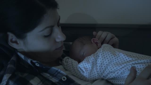 mor med sin baby. - baby sleeping bildbanksvideor och videomaterial från bakom kulisserna