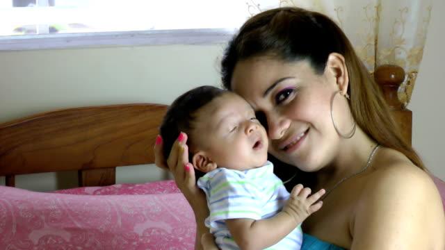 Madre con bebé recién nacido en su hogar - vídeo