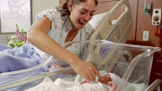 mutter und neugeborenes baby im krankenhaus bett/videoformat r3d - krankenstation stock-videos und b-roll-filmmaterial