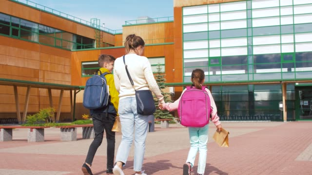 moeder met zoon en dochter naar school gaan video