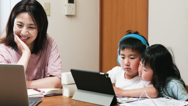 vídeos y material grabado en eventos de stock de madre trabajando desde casa con niños - stay home