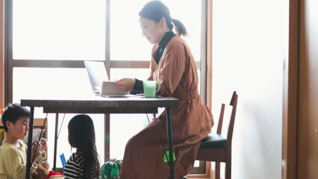 子供と自宅で働く母 - パソコン 日本人点の映像素材/bロール