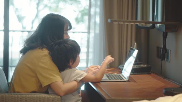 母は息子と一緒に家で働いています。 - テレワーク点の映像素材/bロール