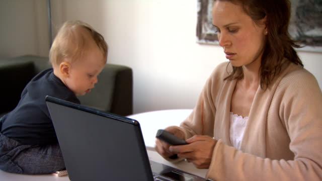 Travail de la mère avec bébé au bureau. - Vidéo