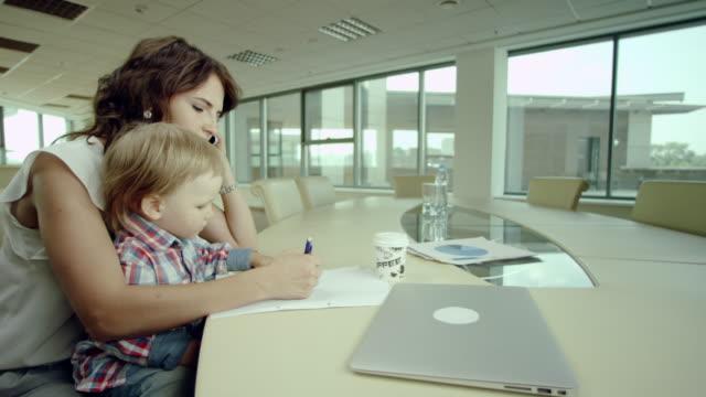mère travaillant avec bébé - Vidéo