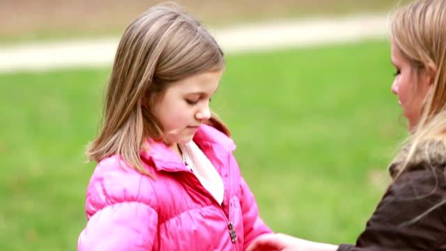 мать дочь's жакет на молниях - жакет стоковые видео и кадры b-roll
