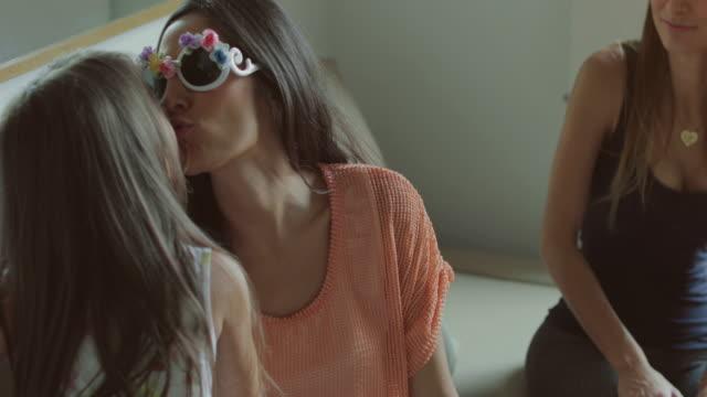 stockvideo's en b-roll-footage met moeders en dochters met plezier thuis - mid volwassen vrouw