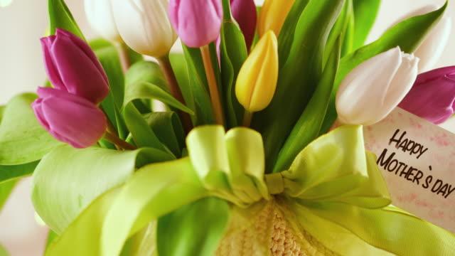 disposizione della festa della mamma con bouquet di tulipani - bouquet video stock e b–roll