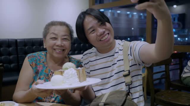 mother's day at cafe - настоящая жизнь стоковые видео и кадры b-roll
