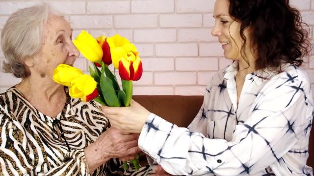 vidéos et rushes de fête des mères. donner des fleurs. - fête des mères