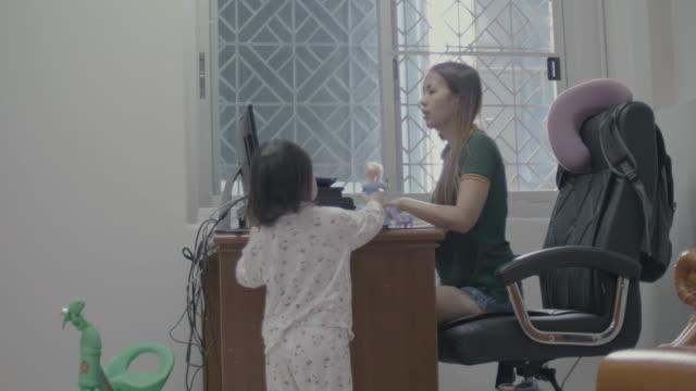 Mère travaillant depuis chez vous - Vidéo