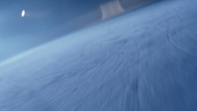 vidéos et rushes de mouvement le long de la patinoire et du but dans la vue de porte de la rondelle de hockey - hockey sur glace
