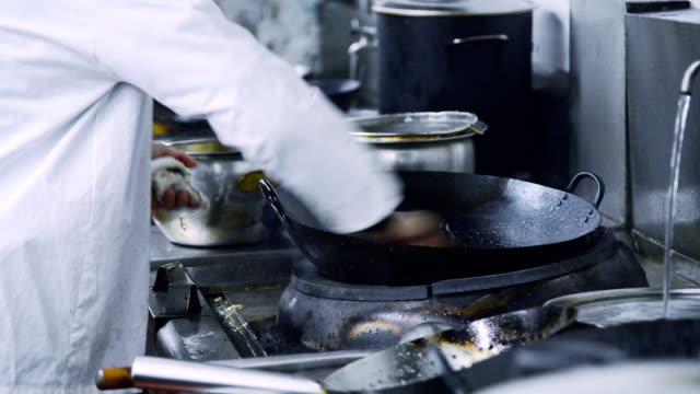 が、レストラン「キッチン」のシェフ - キッチンカウンター点の映像素材/bロール
