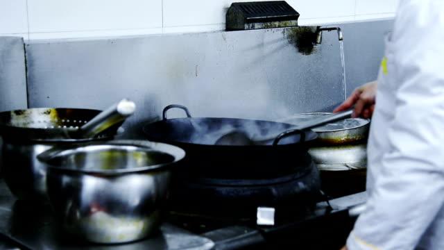 が、レストラン「キッチン」のシェフ ビデオ